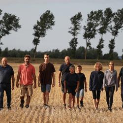equipe de producteurs marchant dans un champ